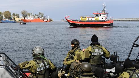 Jednostki straży granicznej na statku SG-111 pilnują protestu armatorów rybołówstwa, którzy blokują wejście do portu w Gdańsku. W związku z wprowadzonym od 1 stycznia 2020 roku zakazem połowu dorsza na Bałtyku rybołówstwo rekreacyjne przeżywa obecnie poważne problemy. Armatorzy łodzi wędkarskich od kilku miesięcy domagają się od polskiego rządu pomocy finansowej, w tym wypłaty odszkodowań za wprowadzony zakaz połowu dorsza, rekompensat dla załóg z tytułu utraty stanowisk pracy i rekompensat za złomowanie jednostek dla wycofujących się z prowadzonej działalności. Fot. PAP/Adam Warżawa