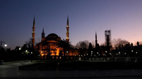 Opustoszały plac Sułtana Ahmeda w centrum Stambułu. W Turcji zainfekowanych zostało 42 tys. 282 osoby, z czego zmarło 908 osób. Fot. Esra Bilgin / ANADOLU AGENCY/AFP
