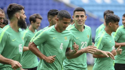 Reprezentacja Australii zagra dziś w Samarze z Danią (godz. 14), a Tim Cahill (nr 4) wciąż ma szansę, na zdobycie bramki na czwartym kolejnym turnieju MŚ i dołączenie do Pelego czy Cristiano Ronaldo, którym taka sztuka się udała (fot. PAP/EPA)