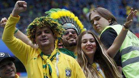 Brazylijscy fani doskonale bawią się na trybunach stadionu w Sankt Petersburgu. Zobaczymy, czy podobne nastroje będą towarzyszyć im za niecałe trzy godziny po końcowym gwizdku (fot. PAP/EPA)