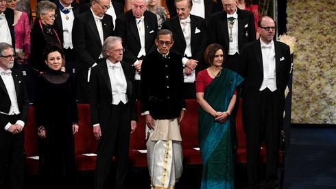 Zdjęcie z ceremonii noblowskiej. W lewym dolnym rogu - Olga Tokarczuk. (East News / JONATHAN NACKSTRAND/AFP)
