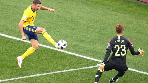 Bramkarz Jo Hyeon-woo jest na razie bohaterem Koreańczyków w meczu ze Szwecją (fot. PAP/EPA)