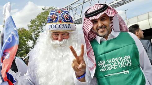 Pod stadionem Łużniki świetna atmosfera, fani reprezentacji Rosji i Arabii Saudyjskiej doskonale się razem bawią (fot. PAP/EPA)