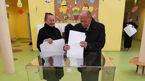 Prezydent Miasta Rzeszowa Tadeusz Ferenc wraz z małżonką zagłosowali w Żłobku Calineczka przy ul. Zielonej (Fot. UM Rzeszów)