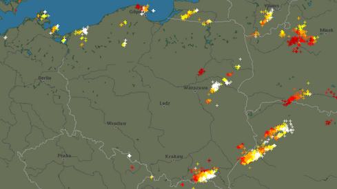 Detektor wyładowań atmosferycznych. Białe krzyżyki - aktualne wyładowania (blitzortung.org)