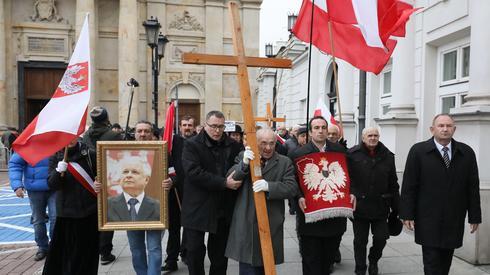 Następnie uczestnicy miesięcznicy przeszli przed Pałac Prezydencki, gdzie złożono kwiaty przed tablicami upamiętniającymi ofiary katastrofy.