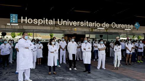 Hiszpańscy lekarze minutą ciszy uczcili ofiary koronawirusa (PAP/EPA/Brais Lorenzo)