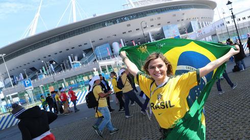 Kibice z Brazylii są już pod stadionem w Sankt Petersburgu, gdzie Canarinhos za godzinę zagrają z Kostaryką (fot. PAP/EPA)