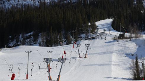 Pusty stok i wyciąg narciarski w Norwegii. Z powodu koronawirusa do wielu miejsc wstęp został zakazany. Fot. Orn E. BORGEN / NTB Scanpix/ AFP