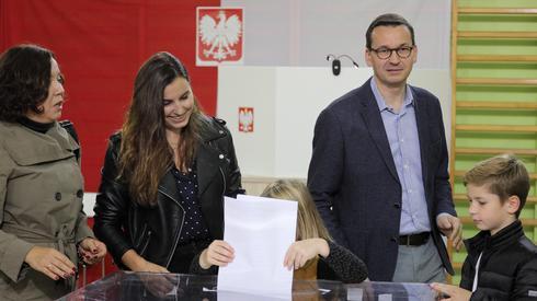 Mateusz Morawiecki z rodziną zagłosował w lokalu wyborczym w Warszawie (Fot. Paweł Supernak/PAP)
