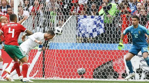 Tak Cristiano Ronaldo posłał piłkę do bramki Marokańczyków (fot. PAP/EPA)