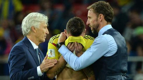 Piękno futbolu - Jose Pekerman i selekcjoner Anglików Garerth Southgate pocieczają kolumbijskiego piłkarza Miguela Borję przegranym przez Kolumbię konkursie