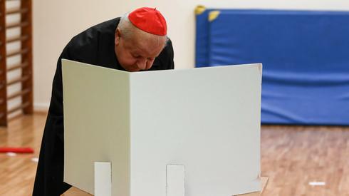 Kardynal Stanislaw Dziwisz podczas glosowania w II turze wyborow na prezydenta Krakowa (Jakub Porzycki / Agencja Gazeta)