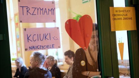 Ostatnie chwile przed egzaminem ósmoklasistów w Szkole Podstawowej nr 1 w Łodzi. Fot. PAP/Grzegorz Michałowski