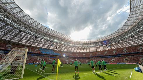 Tak prezentował się stadion Łużniki podczas oficjalnego środowego treningu reprezentacji Arabii Saudyjskiej. Na tym obiekcie zostanie rozegrany nie tylko mecz otwarcia, ale także finał mundialu (fot. PAP/EPA)