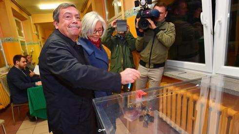 Kandydat PiS na prezydenta Szczecina Bartłomiej Sochański oddał w niedzielę głos w II turze wyborów samorządowych (fot. PAP/ Marcin Bielecki)