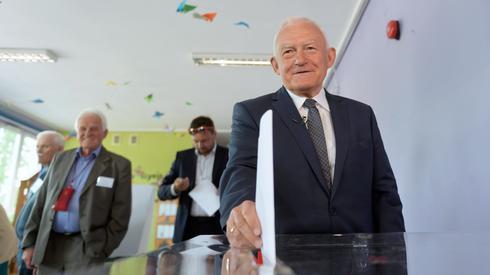 Były premier Leszek Miller głosuje w Obwodowej Komisji nr 113 w Poznaniu (Leszek Miller/ PAP, Jakub Kaczmarczyk)