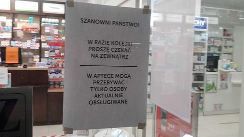 Kartki z takimi informacjami pojawiły się już wczoraj przed aptekami w Warszawie. Ludzie chcący kupić leki czekają na zewnątrz. Na zdjęciu drzwi jednej z aptek na warszawskiej Woli /fot. Piotr Halicki