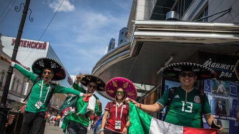 Kibice z Meksyku już w drodze na stadion w Jekaterynburgu (fot. PAP/EPA)