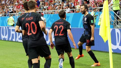 Chorwacja przeciwko Islandii zagrała w częściowo rezerwowym składzie, a i tak wygrała 2:1 i zwyciężyła grupę z 9 punktami na koncie. W 1/8 finału Chorwaci spotkają się z Duńczykami (fot. PAP/EPA)