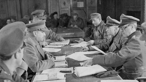 Podpisanie kapitulacji Niemiec w Holandii przez gen. Blaskowitza oraz gen. Foulkesa. Fot. PAP
