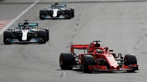 Sebastian Vettel, Lewis Hamilton oraz Valtteri Bottas na początku wyścigu