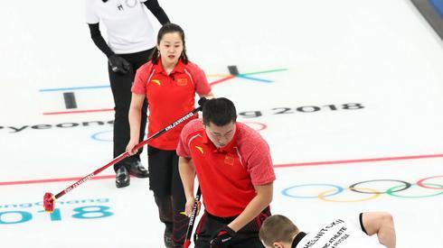 Pojedynek olimpijczyków z Rosji z Chińczykami w curlingu. Autor: PAP/EPA/JAVIER ETXEZARRETA
