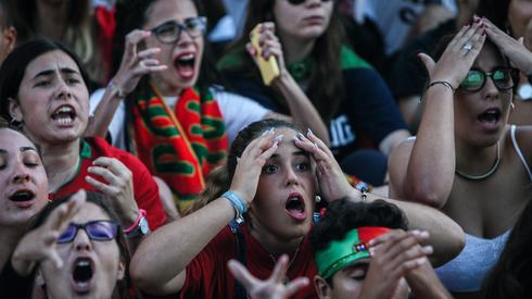 W strefie kibica w portugalskim Faro po golach Edinsona Cavaniego zapanowała rozpacz (fot. PAP/EPA)