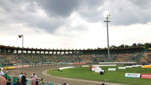 Ciemne chmury zbierają się nad stadionem...