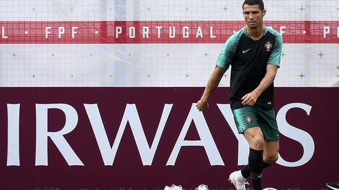 Cristiano Ronaldo rozpoczął mundial hat trickiem przeciwko Hiszpanii. Czym zaskoczy nas dzisiaj? Portgualia zagra o godzinie 14 z Marokiem na moskiewskich Łużnikach (fot. PAP/EPA)