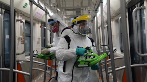 Dezynfekcja metra w Meksyku (PAP/EPA/Sashenka Gutierrez)