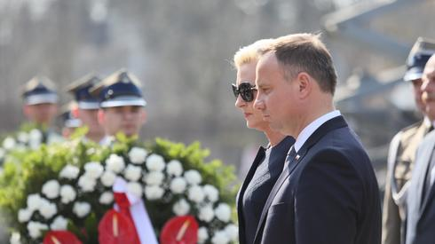 Para prezydencka składa kwiaty na grobach ofiar na Powązkach (Fot. PAP/Leszek Szymański)