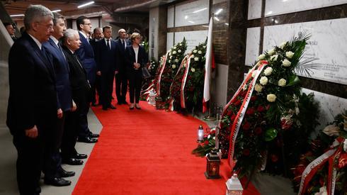 Delegacja PiS składająca kwiaty w Świątyni Opatrzności Bożej (Fot. PAP/Adam Guz)