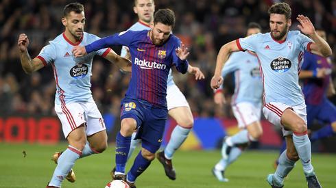 Leo Messi w walce z obrońcami Celty Vigo (fot. AFP)