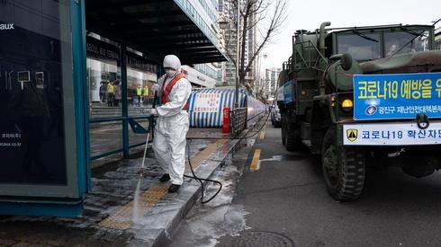 Dezynfekcja ulic w Korei Południowej (PAP/EPA/JEON HEON-KYUN)