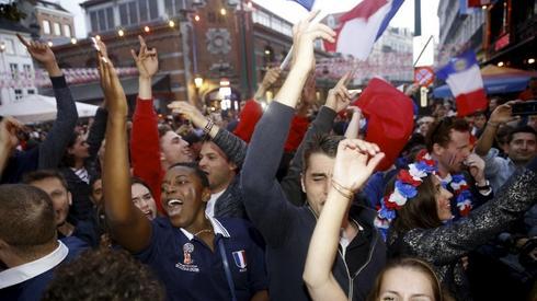 Francuscy kibice celebrujący triumf nad Belgiąw... Brukseli (fot. AFP)