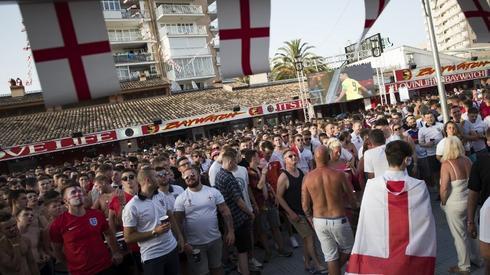 Angielscy kibice już czekają na mecz (fot. AFP)