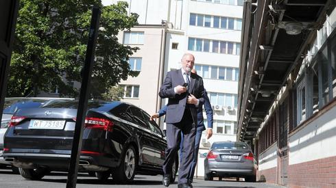 Antoni Macierewicz w drodze na spotkanie przy Nowogrodzkiej. Fot. Wojciech Olkuśnik/ PAP