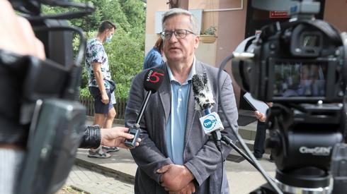 Były prezydent Bronisław Komorowski głosuje w Maćkowej Rudzie na Suwalszczyźnie (Podlaskie). Dzisiejsze głosowanie traktuję jako głos oddany na Polskę wolną, Polskę demokratyczną - mówi dziennikarzom przed lokalem wyborczym. - Wszyscy życzymy sobie wyższej frekwencji, jeszcze wyższej niż w czasie pierwszej tury, dlatego że wysoka frekwencja to znaczy zaangażowanie obywateli w mechanizm demokratyczny - mówi. (fot. PAP/Artur Reszko)