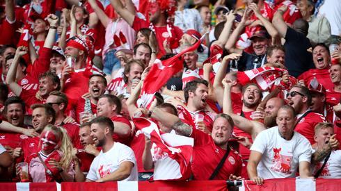 Tak duńscy kibice fetowali gola Eriksena na trybunach stadionu w Samarze (fot. PAP/EPA)