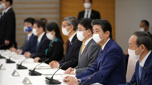 Posiedzenie japońskiego rządu. Dziś w Tokio oraz sześciu prefekturach ogłoszono stan nadzwyczajny (PAP/EPA/FRANCK ROBICHON / POOL)