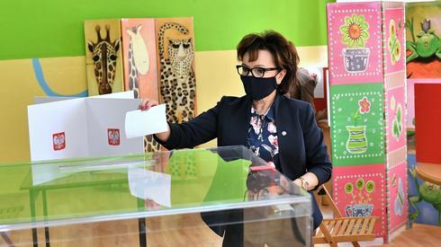 Marszałek Sejmu Elżbieta Witek podczas głosuje w lokalu wyborczym w Jaworze (fot. PAP/Maciej Kulczyński)
