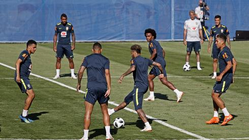 Brazylijczycy, podobnie jak Polacy, stacjonują w Soczi, gdzie przygotowują się do pierwszego meczu ze Szwajcarią (17 czerwca, godz. 20 w Rostowie) (fot. PAP/EPA)
