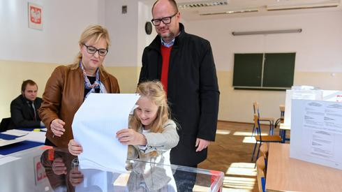 Swój głos oddał również Paweł Adamowicz z żoną i córką (Fot. Adam Warżawa/PAP)