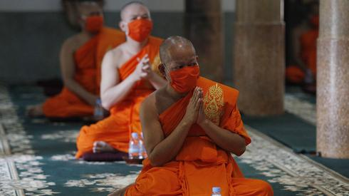 Mnisi z Kambodży w obawie przed koronawirusem noszą maseczki (PAP/EPA/MAK REMISSA)