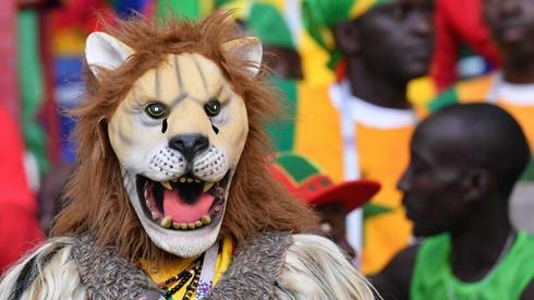 Na trybunach znajdziemy m.in. kibica Senegalu w masce lwa (fot. AFP)