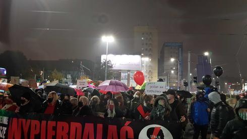 Mimo deszczu ulicami Szczecina idzie wlasnie kilka tysięcy osób. Jest spokojnie. Protestujący idą w rytm muzyki elektronicznej. Co jakiś czas słychać hasła