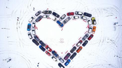 """Serce utworzone z zaparkowanych samochodów w ramach akcji """"Ściskawa"""" / fot. Adam Warżawa, PAP"""