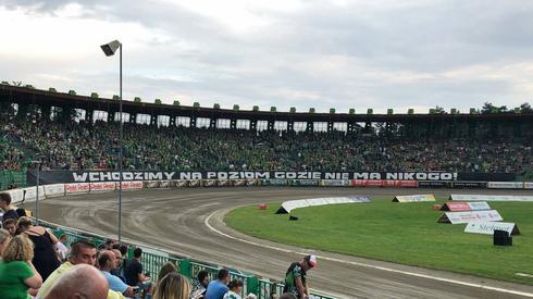 Trwają wzajemne pozdrowienia kibiców obu klubów. W tej chwili na stadionie około 11 000 fanów!
