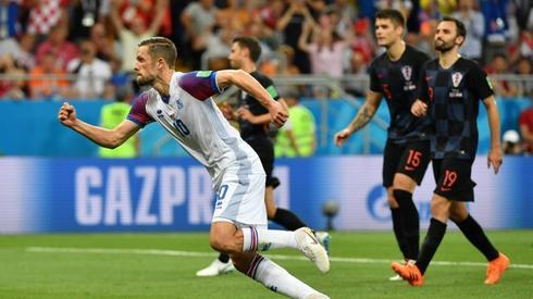 Tak Sigurdsson cieszył się tuż po strzeleniu gola na 1:1 (fot. AFP)